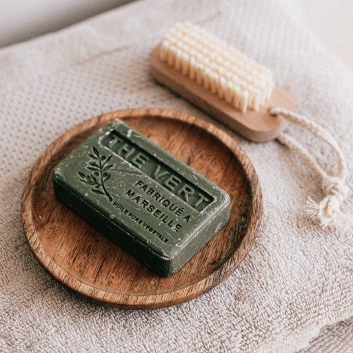 Jest ekologiczny, bezpieczny dla skóry głowy i wystarcza na 50 myć. Dowiedzcie się więcej o szamponie w kostce