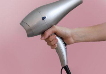 7 błędów, które większość z nas popełnia susząc włosy