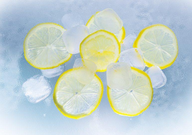 Masaż lodem to domowy zabieg, który pozwoli na długo zachować jędrną skórę na twarzy