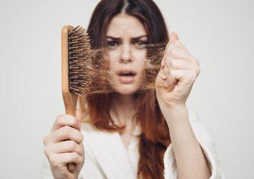 """Dlaczego nastolatkom """"często i gęsto"""" wypadają włosy i czy jest to powód do niepokoju?"""