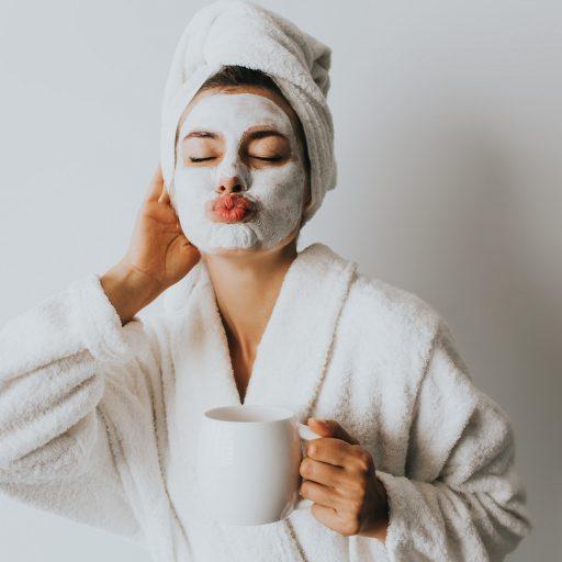Po wyjściu spod prysznica owijasz swoje włosy ręcznikiem a po jego zdjęciu 'wczesujesz' w nie produkty do stylizacji? Po przeczytaniu tego artykułu możesz już na zawsze zmienić swój nawyk