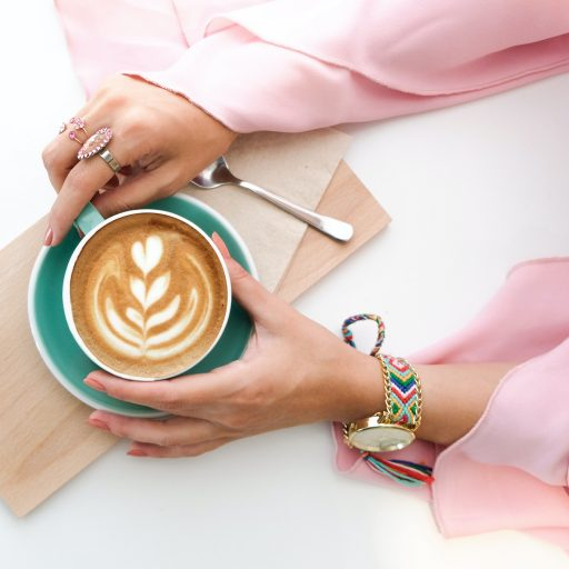 Kofeina w kosmetykach – jaka jest jej funkcja i w jakich produktach możesz ją znaleźć?