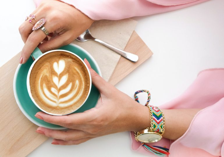Kofeina w kosmetykach - jaka jest jej funkcja i w jakich produktach możesz ją znaleźć?