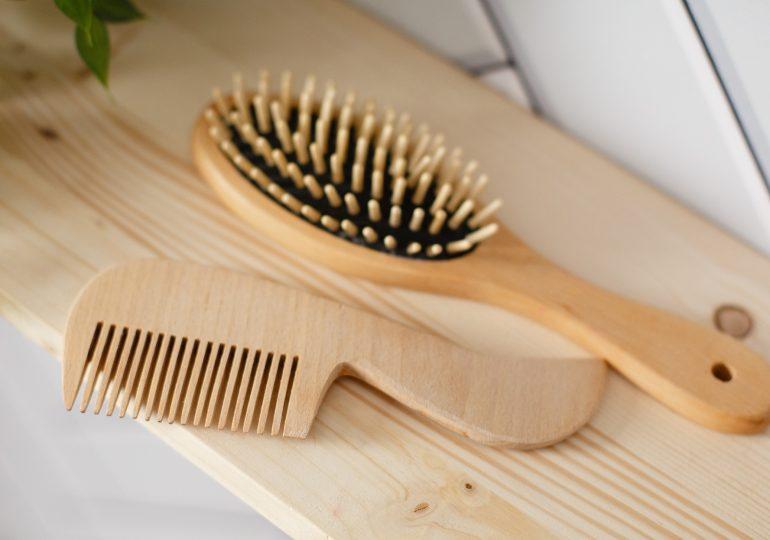Szczotka czy grzebień? Podpowiadamy, jak wybrać najlepsze narzędzie do stylizacji włosów