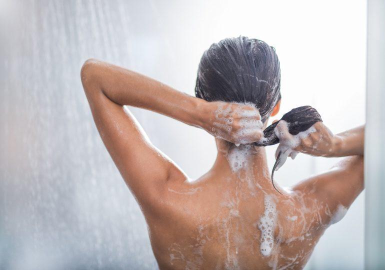 Jak powinno wyglądać mycie włosów odżywką? Podpowiadamy