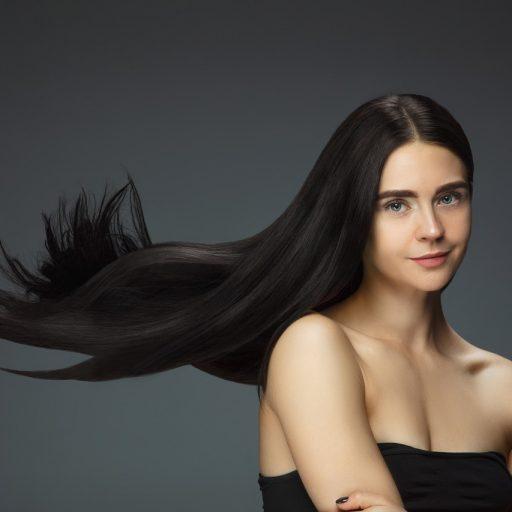 Suchy szampon ratuje włosy z opresji, ale czy jest bezpieczny dla naszej skóry głowy?